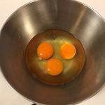 【卵を割って混ぜるまでに、何かしていますか?】